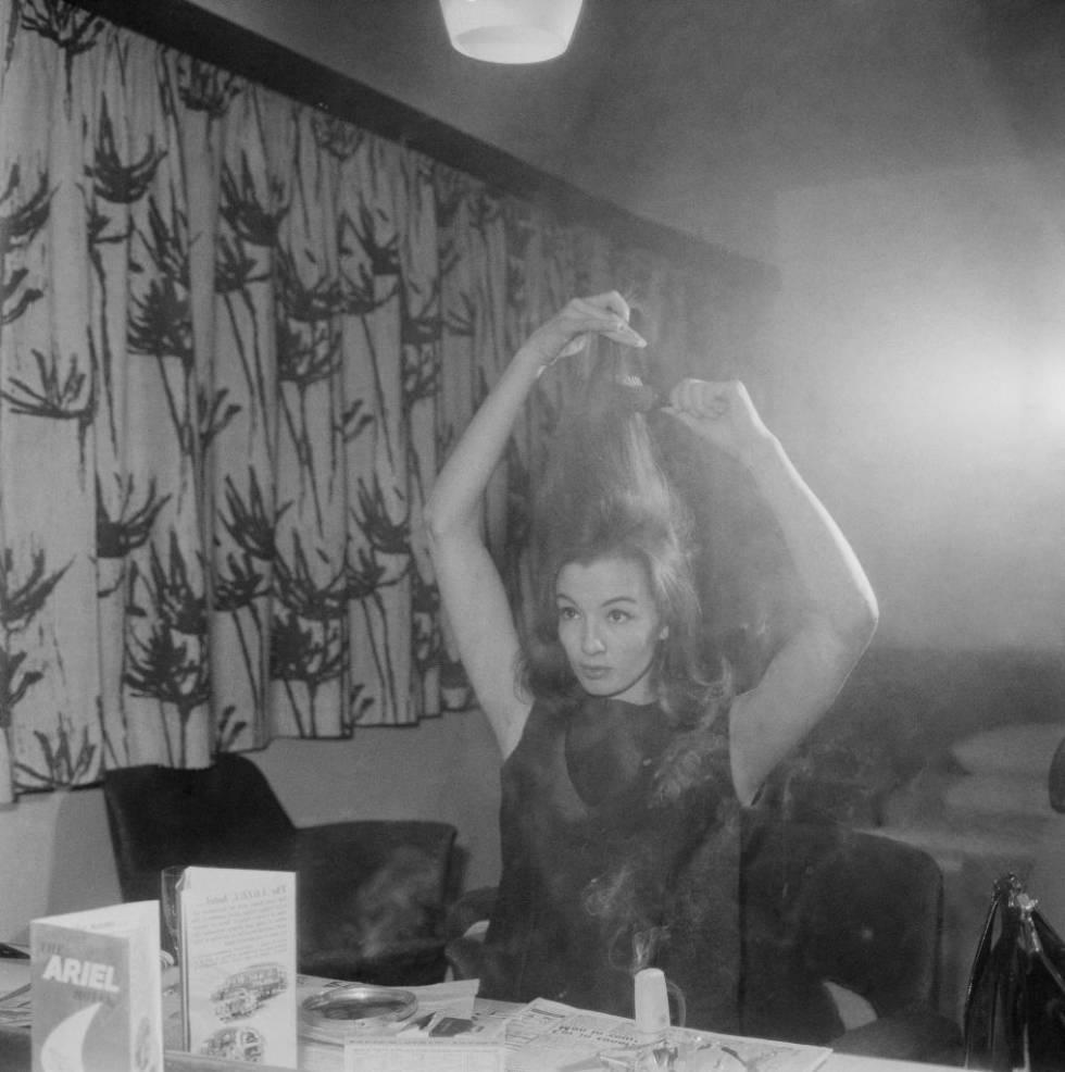 La modelo y corista Christine Keeler, fotografiada en un camerino de Londres en marzo de 1963.