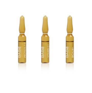 De izquierda a derecha, ampollas Proteoglycan F+F, para recuperar la firmeza de la piel; Vitamin C+ y ampollas calmantes Bicalm+. Todas de la firma española Babé, desarrolladas con ayuda de la inteligencia artificial.