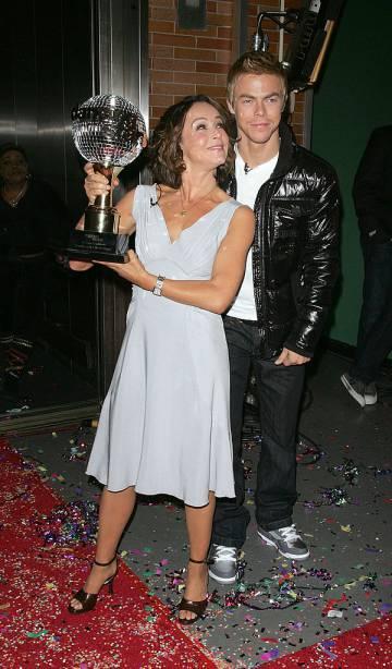 Jennifer Grey posa con el trofeo de 'Dancing with the stars', el programa de baile americano que resucitó su imagen para el público en 2010, junto al bailarín Derek Hough.