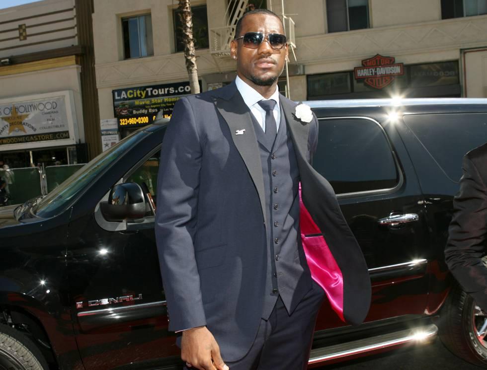 LeBron James, al año siguiente de entrar en vigor el reglamento de vestimenta, sacando partido al traje de tres piezas.