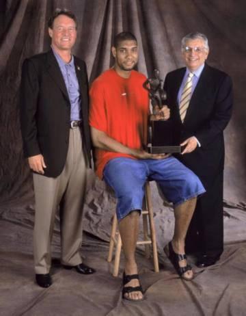 La imagen de la polémica: Tim Duncan, con bermudas y deportivas, recibe el premio MVP de David Stern, el mismo hombre que años después implantaría un nuevo código de vestimenta.