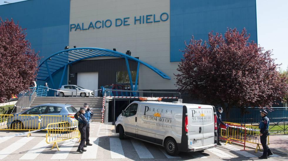 Llegada de un furgón funerario durante el segundo día de funcionamiento como morgue del Palacio de Hielo de Madrid.