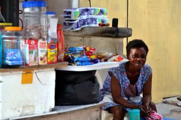 Hannah, de 52 años, en su puesto de comestibles en Accra, Ghana.