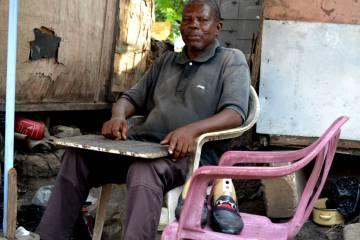 El señor Dahko, un zapatero que regenta un pequeño taller en Accra, ultima la puesta a punto de unos zapatos.