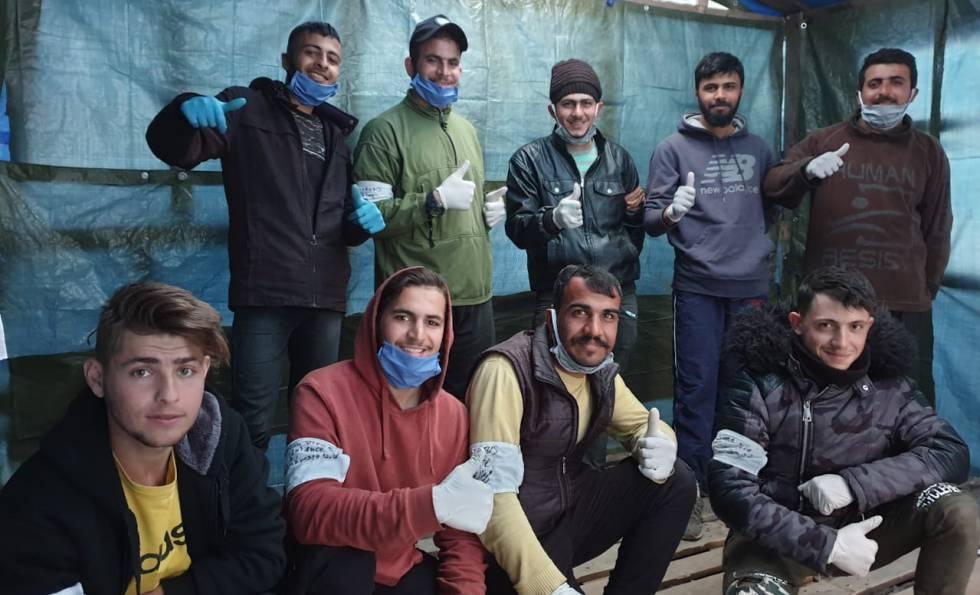 Un equipo de voluntarios de Moria, con mascarillas y guantes.