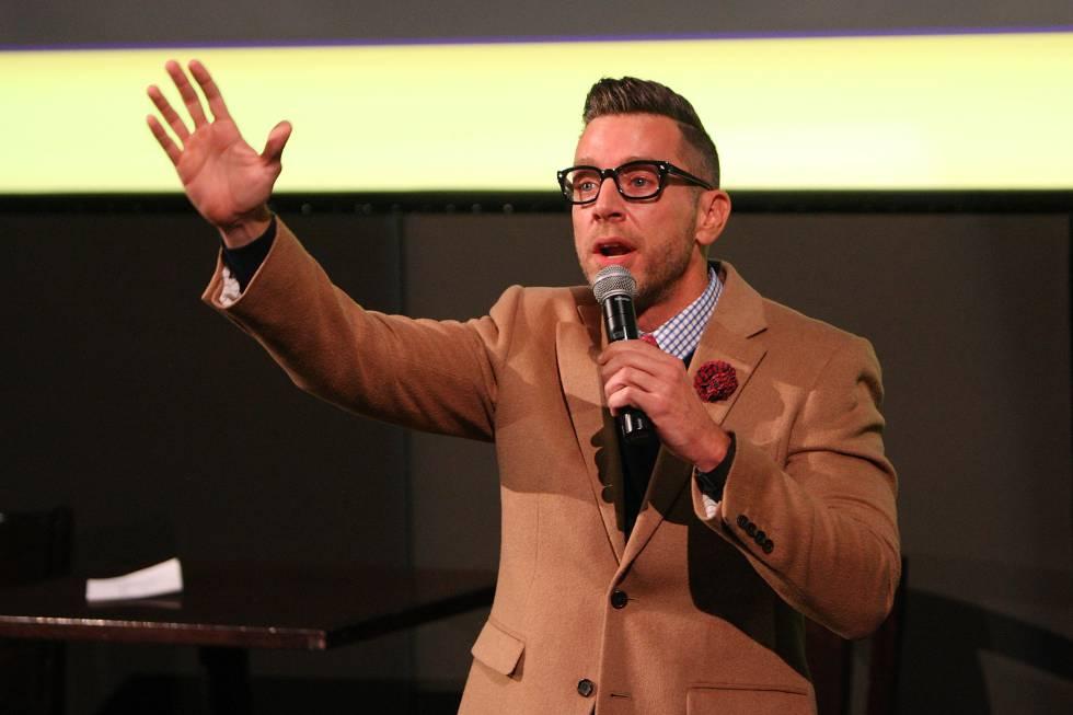 Chris Parente, levantando la mano cuando alguien pregunta quién ha visto a Kristen Wiig desnuda.