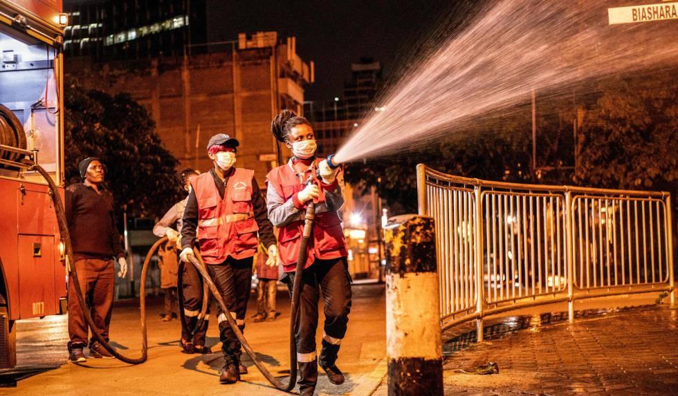 Los bomberos de Nairobi rocían con desinfectante las calles de la ciudad para contener la epidemia de COVID-19, el pasado 30 de marzo.