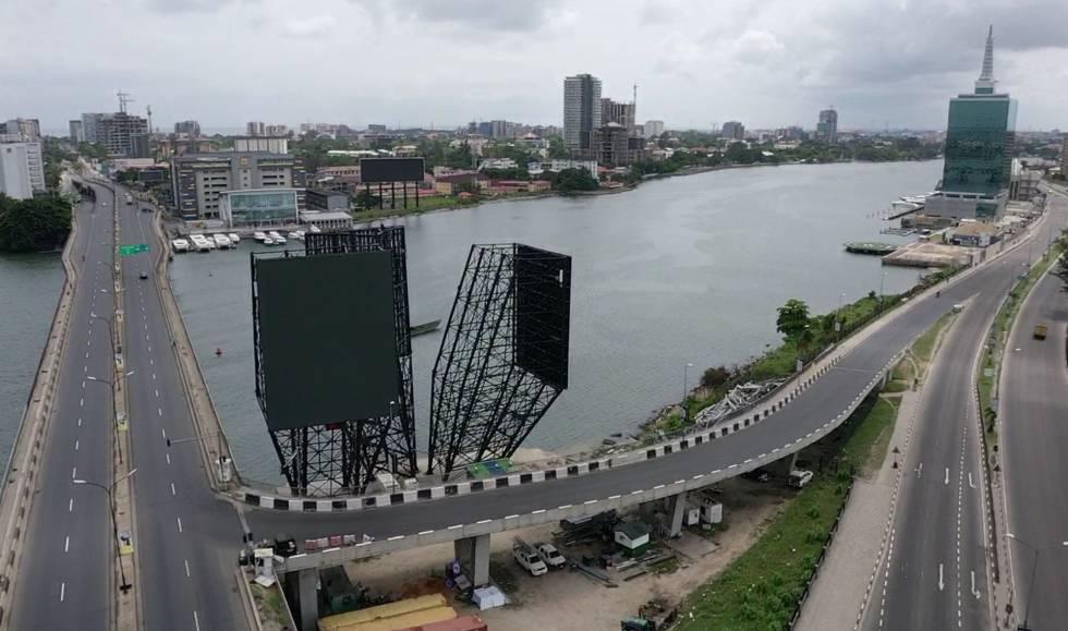 Vista de una Lagos vacía el 31 de marzo de 2020, tras la orden de aislamiento dictada por el Gobierno para contener la COVID19. Esta ciudad nigeriana tiene al menos 20 millones de habitantes registrados.