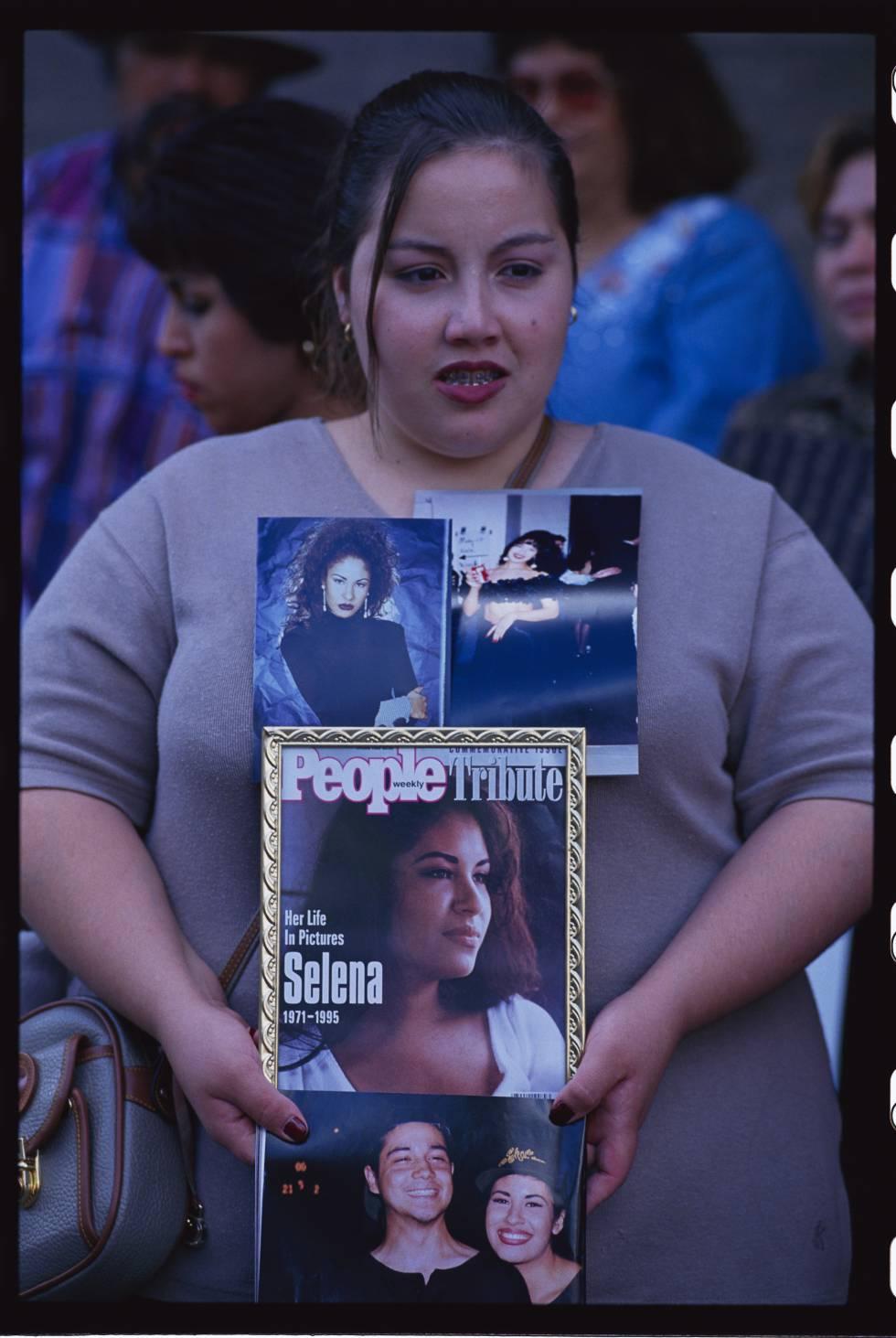 Una seguidora de la cantante Selena Quintanilla sujeta retratos suyos ante el tribunal de Texas en el que se juzgaba a su asesina en octubre de 1995.