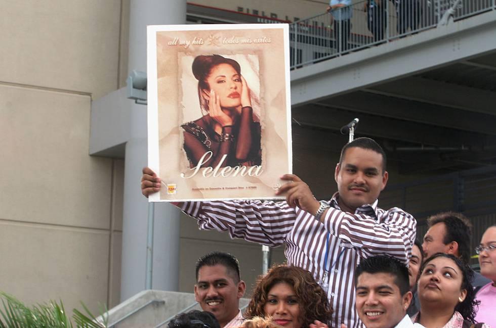 Admiradores de Selana se reúnen en 2005 con carteles de su ídolo para celebrar el concierto tributo 'Selena Vive', que reunió en abril de ese año a varios artistas latinos para homenajear a la cantante fallecida.
