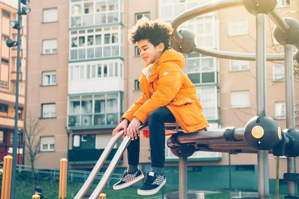 Un niño juega en un parque comunitario.