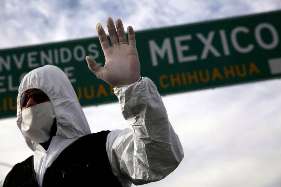 Un policía usa una mascarilla en un control en la carretera en México.