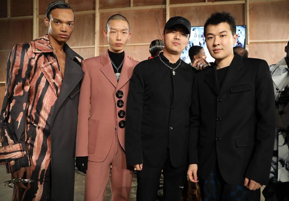 Los diseñadores de Pronounce Yushan Li y Jun Zhou (ambos de negro), en el backstage de un desfile en Londres.