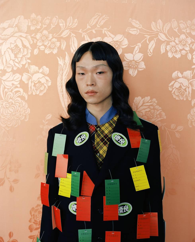El modelo lleva chaqueta de Staffonly y camisa de cuadros con cuello Mao de Junwei Lin.