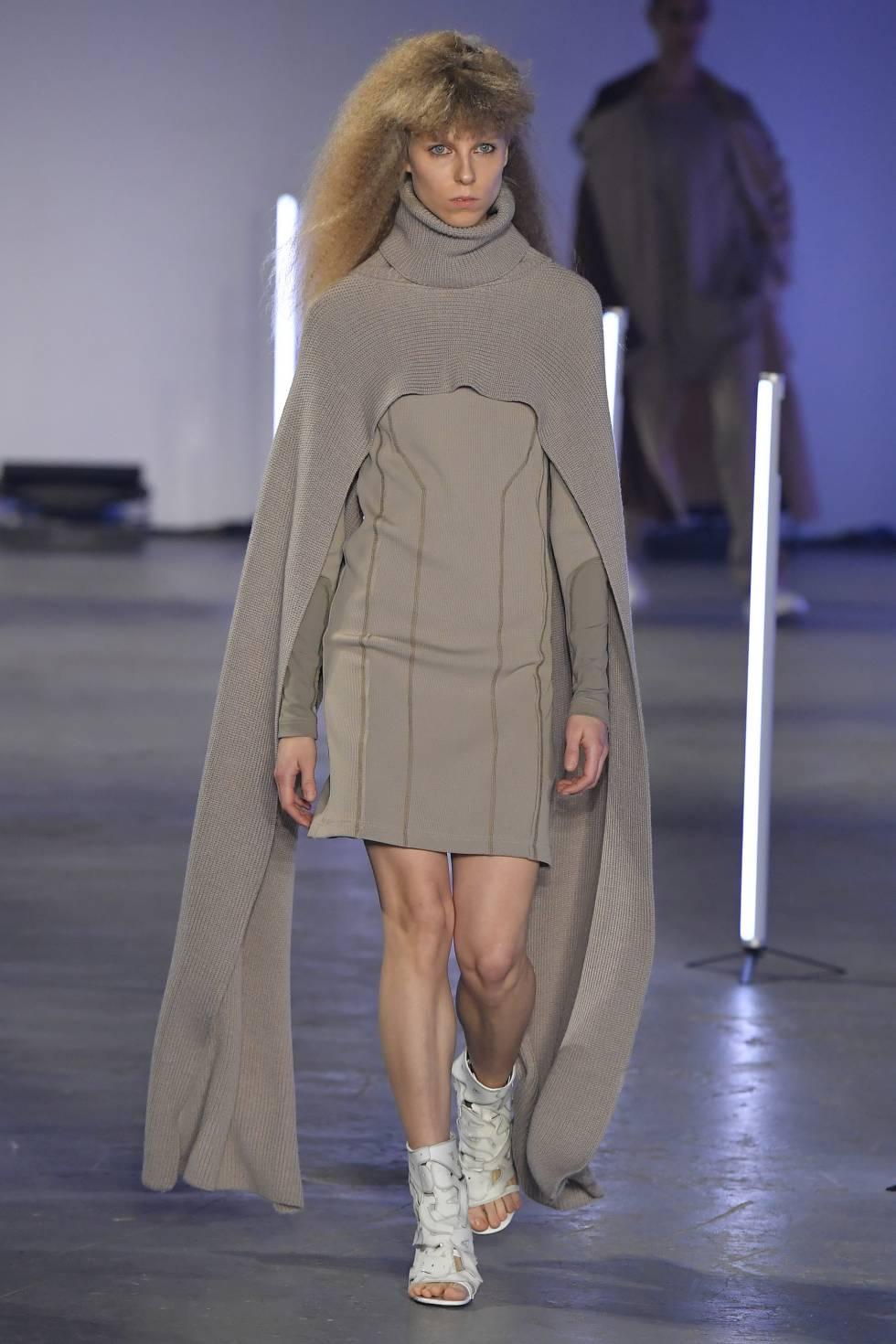 Vestido con capa de Feng Chen Wang.