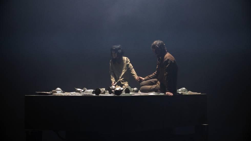 Goreng y Miharu (Alexandra Masangkay) viajando por la plataforma de la comida como si se tratara de un ascensor.
