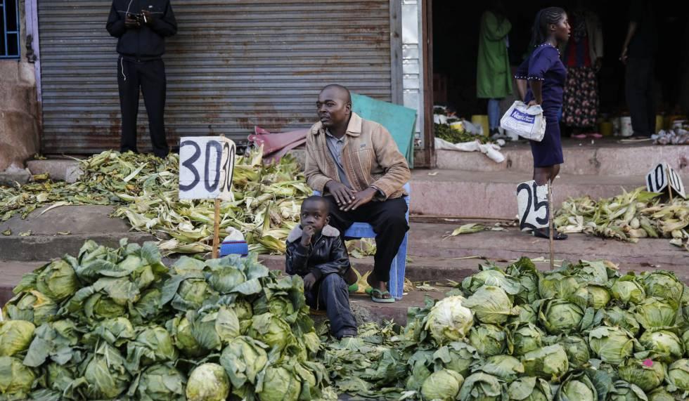 Un vendedor callejero ofrece repollos el 24 de marzo de 2020, justo después de que el Gobierno de Kenia ordenara el cierre de los mercados al aire libre, en el suburbio de Mathare.