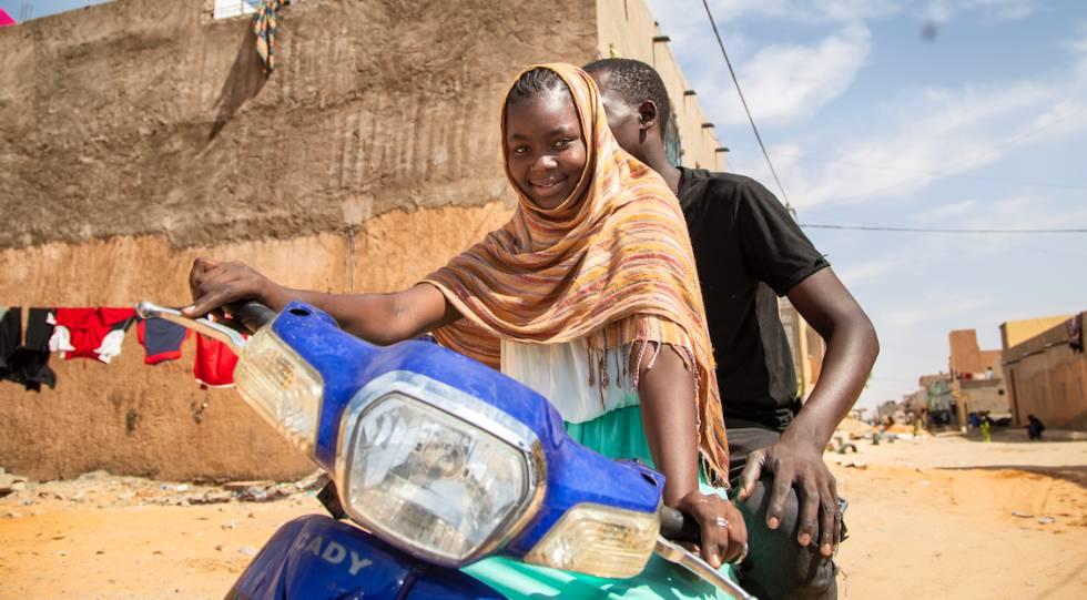Dos jóvenes mauritanos en una motocicleta.