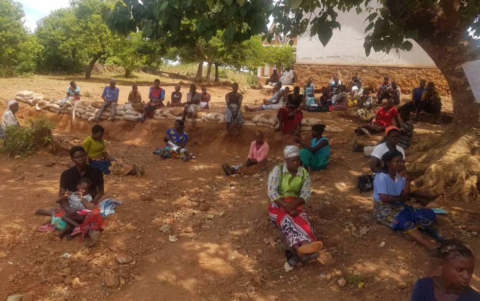 Varias mujeres esperan a recibir su ayuda mensual respetando la distancia social en un reparto del Programa Mundial de Alimentos.