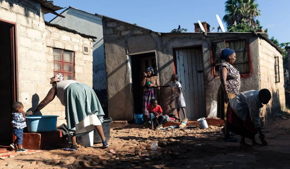 Una mañana ajetreada en la casa de Tapiwa Chiroodza en el barrio de Mbare, en Harare (Zimbabue), el 30 de marzo de 2020, primer día del periodo de cuarentena. Las personas más empobrecidas y que viven al día son las más vulnerables ante esta nueva situación.