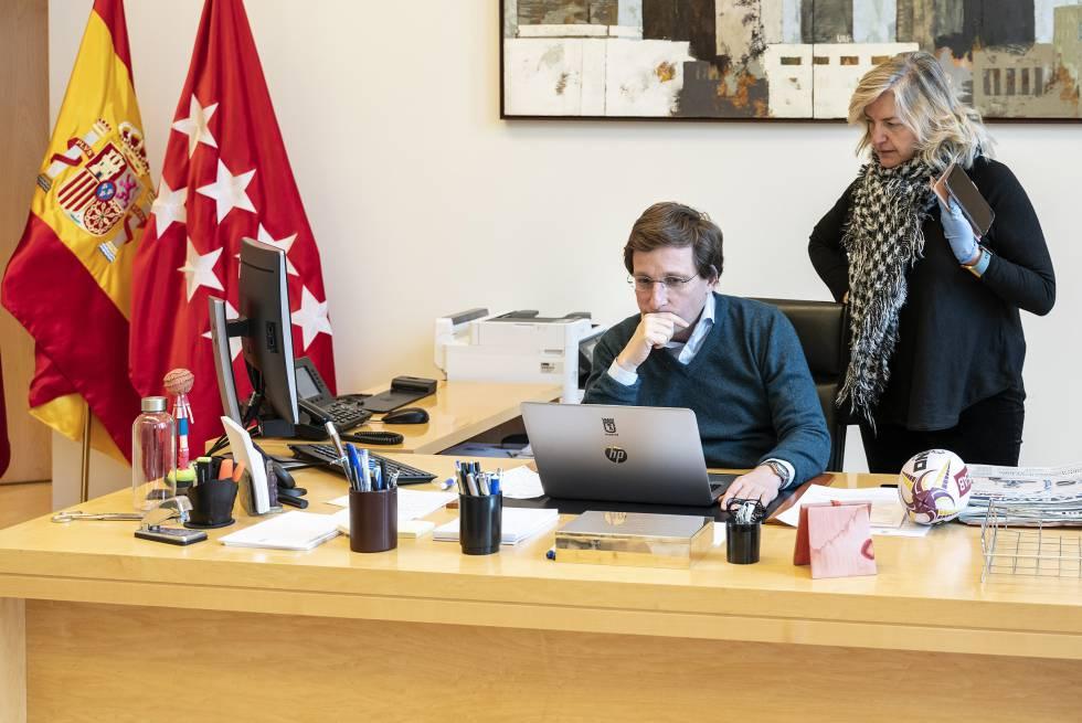 Martínez-Almeida en su despacho junto a su jefa de prensa.