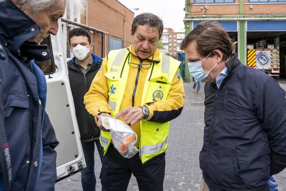 Un bombero muestra el material sanitario a Martínez-Almeida.