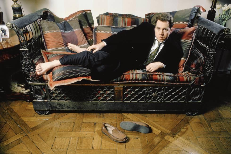 El escritor en París, en 1992, escenificando la angustia nihilista de la Generación X, que usaba el sofá para posar, no para ver series.