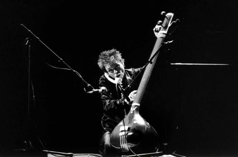 Al contrario que cualquier hombre, Laurie Anderson puede tocar instrumentos, digamos, peculiares y hablar por teléfono a la vez.