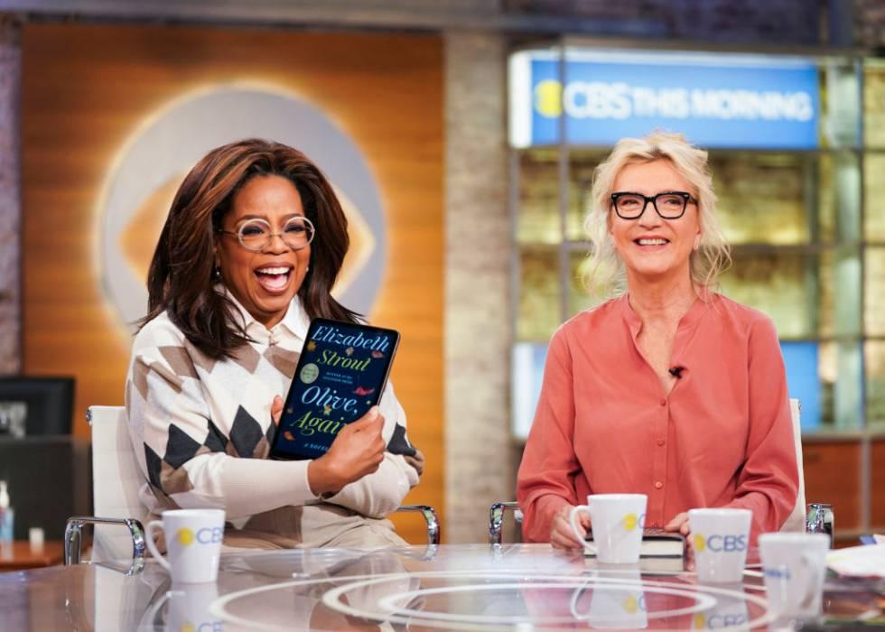 La presentadora Oprah Winfrey con la escritora Elizabeth Strout, que tuvo la suerte de ser seleccionada por la poderosa presentadora para su club de lectura con su obra 'Olive, again'.