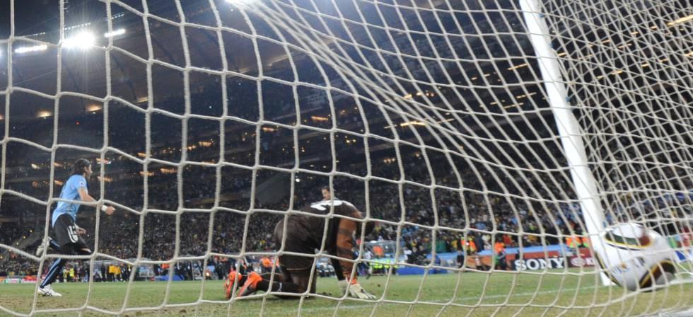 El Loco Abreu mete a Uruguay en semifinales del Mumdial de 2010 en un partido que estuvo casi tan chalado como él.