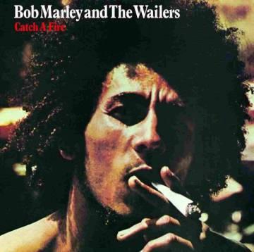 Esta es la portada más conocida de 'Catch a fire', con Bob Marley fumándose un peta del tamaño de una palmera tropical.