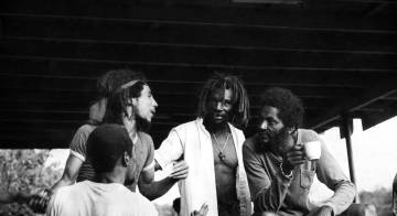 Bob Marley (a la izquierda) y el percusionista Alvin