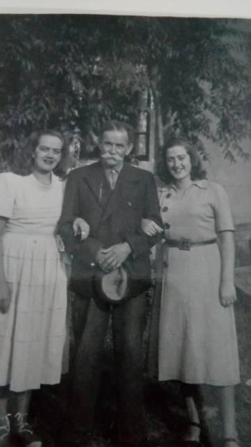 Felisa, a la derecha, con su padre y una de sus hermanas.