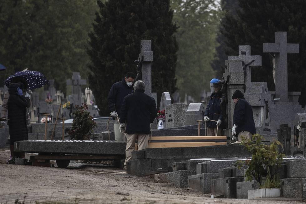 Entierro en el cementerio de La Almudena el pasado 31 de marzo.