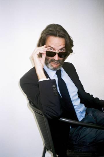 Antes, Frédéric Beigbeder, usaba las gafas de sol para ocultar las resacas. Ya no le hace falta.