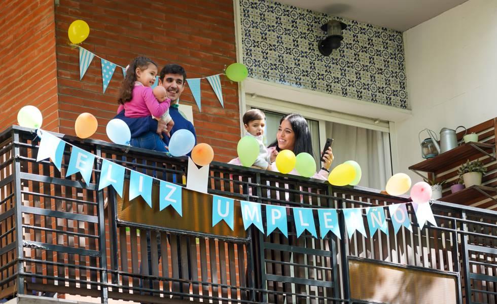 La familia del pequeño Manuel Núñez saluda desde la terraza la llegada de la Policía Municipal de Sevilla (31032020).