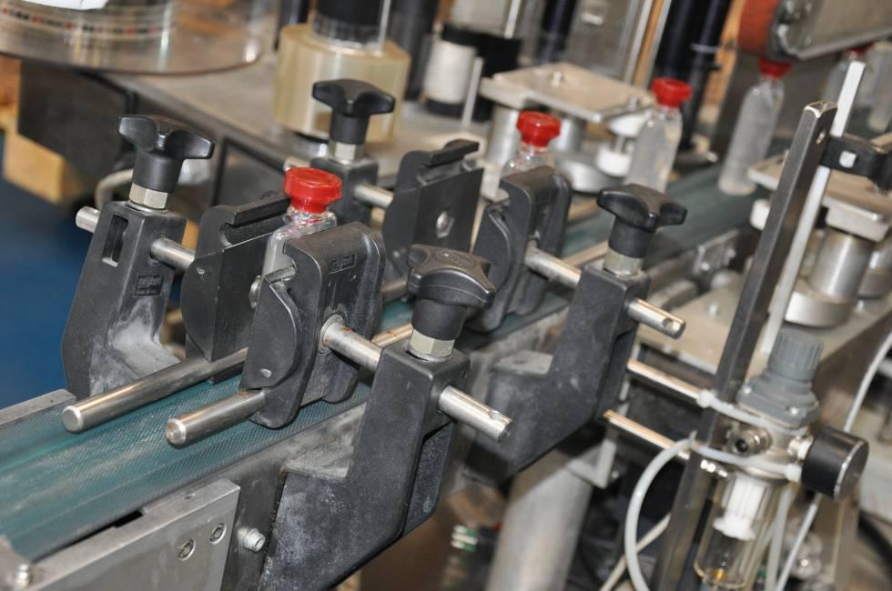 Frascos de líquido desinfectante en la fábrica de Bulgari en Italia.
