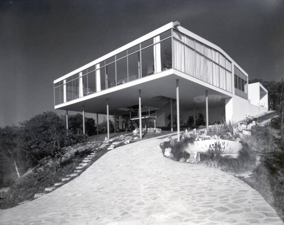 Casa de vidrio diseñada por Lina Bo Bardi y construida en Sao Paulo en 1951. Antes de que creciera la vegetación a su alrededor.