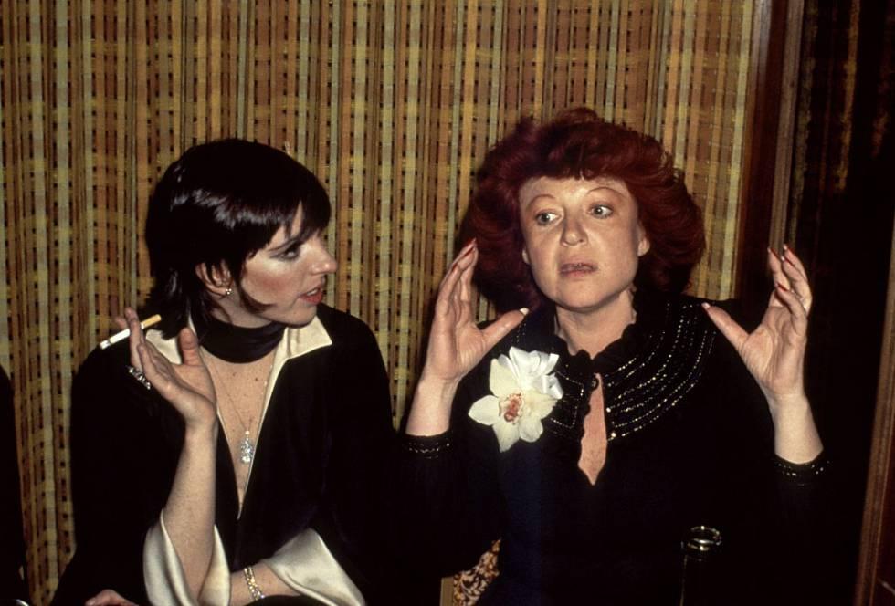 Liza Minnelli y Regine Zylberberg charlan en 1971 en el local que Regine abrió en Nueva York.