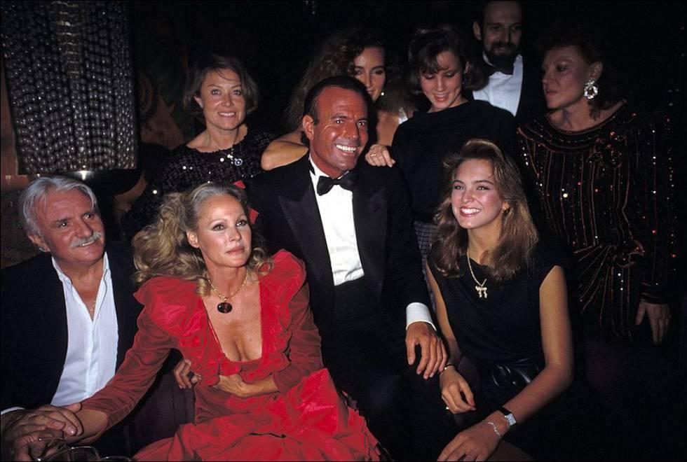 Julio Iglesias, habitual de las fiestas y clubes de Regine, celebró con ella su 40 cumpleaños en 1983.