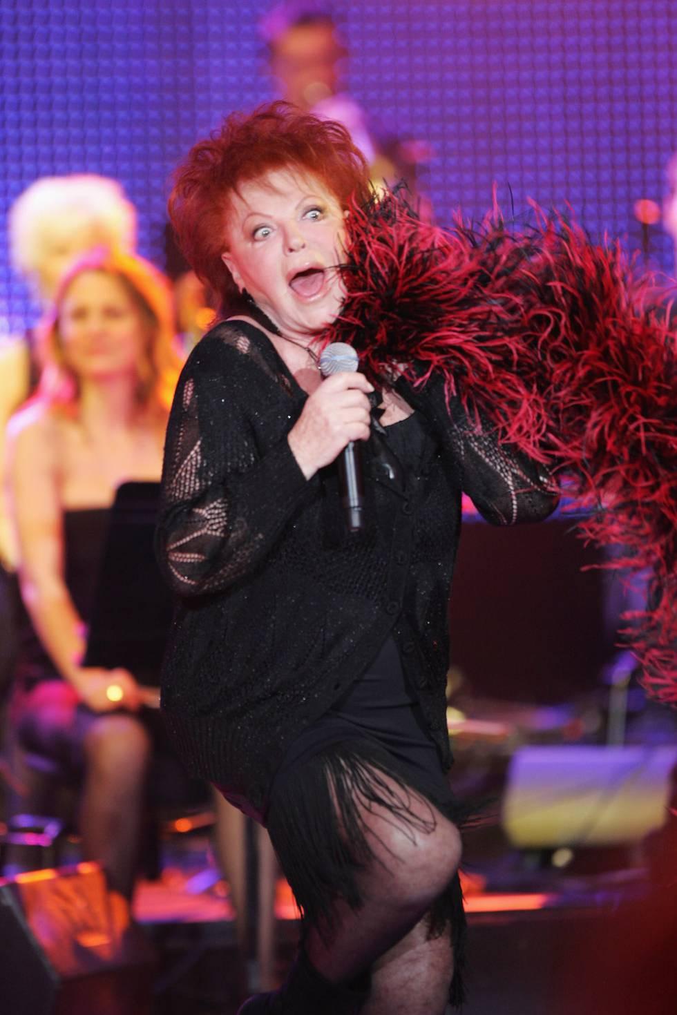 Regine siguió cantando: en la imagen, durante un concierto en París en 2009.