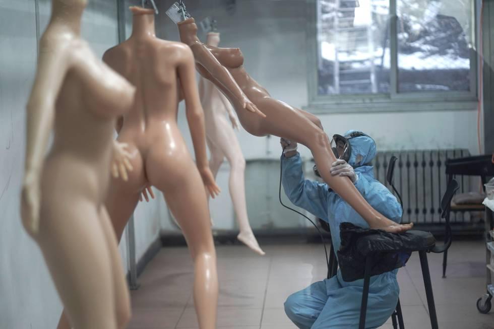 Fabricación de muñecas inteligentes en China. La empresa Exdoll quiere darle al hombre solitario un nuevo tipo de acompañante.