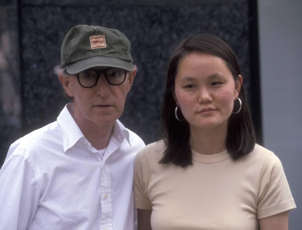 Woody Allen y Soon Yi Previn paseando por Nueva York en 1998, un año después de casarse.
