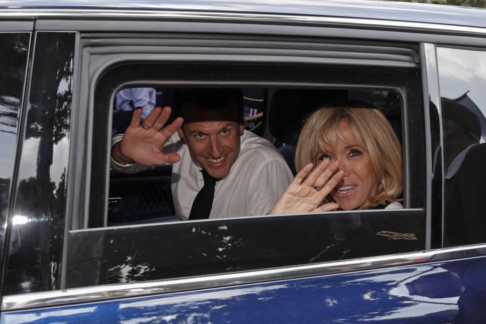 Emmanuel Macron con su mujer Brigitte Macron saludando desde el coche en París en 2018.