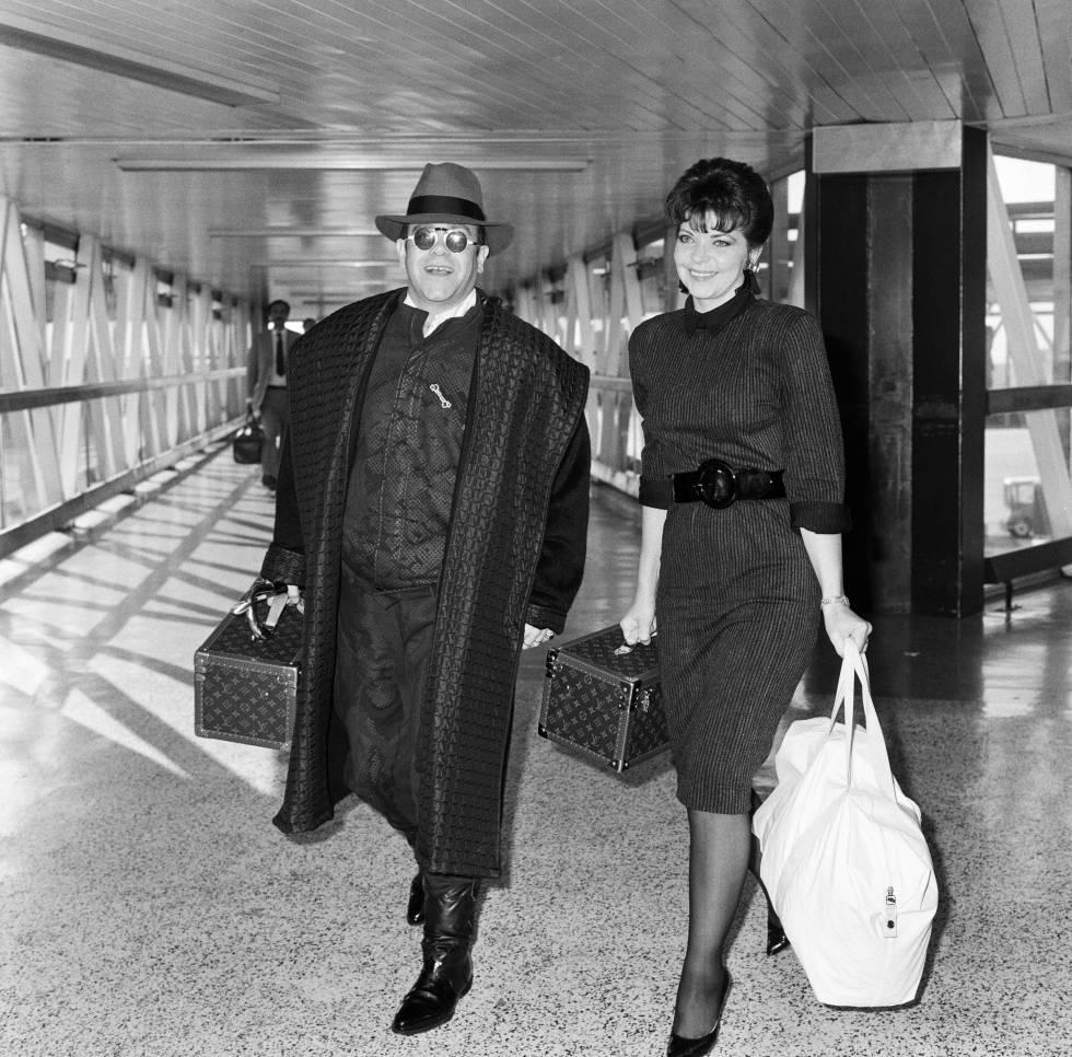 Elton John con su mujer Renate en el aeropuerto de Londres en 1986.