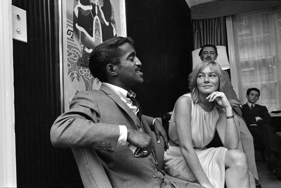 Sammy Davis Jr. con su prometida, la actriz May Britt, en 1960.