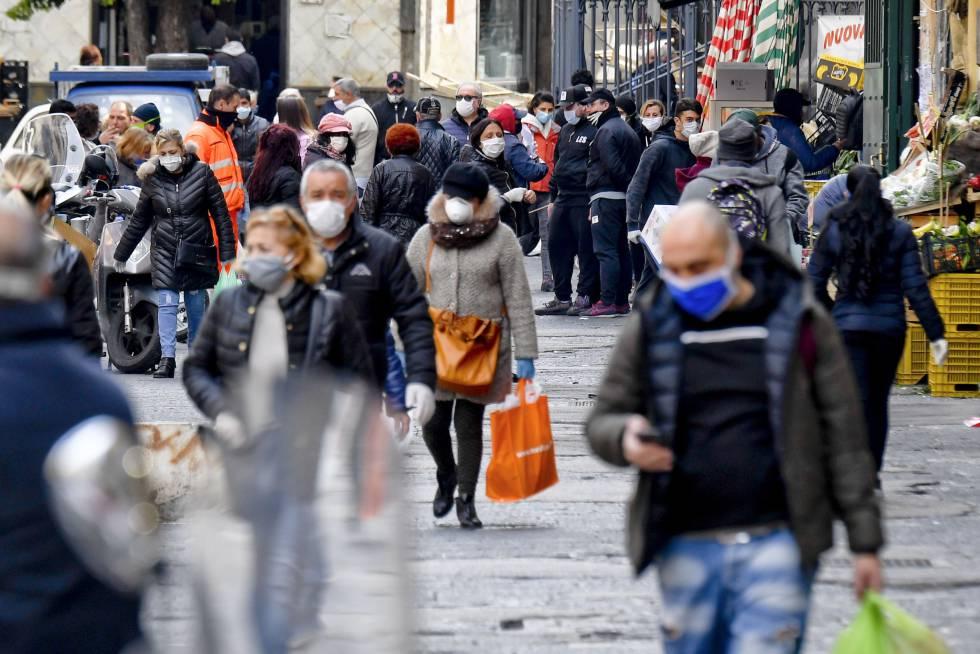 Ciudadanos con mascarillas en una calle de Nápoles, el pasado 3 de Marzo.
