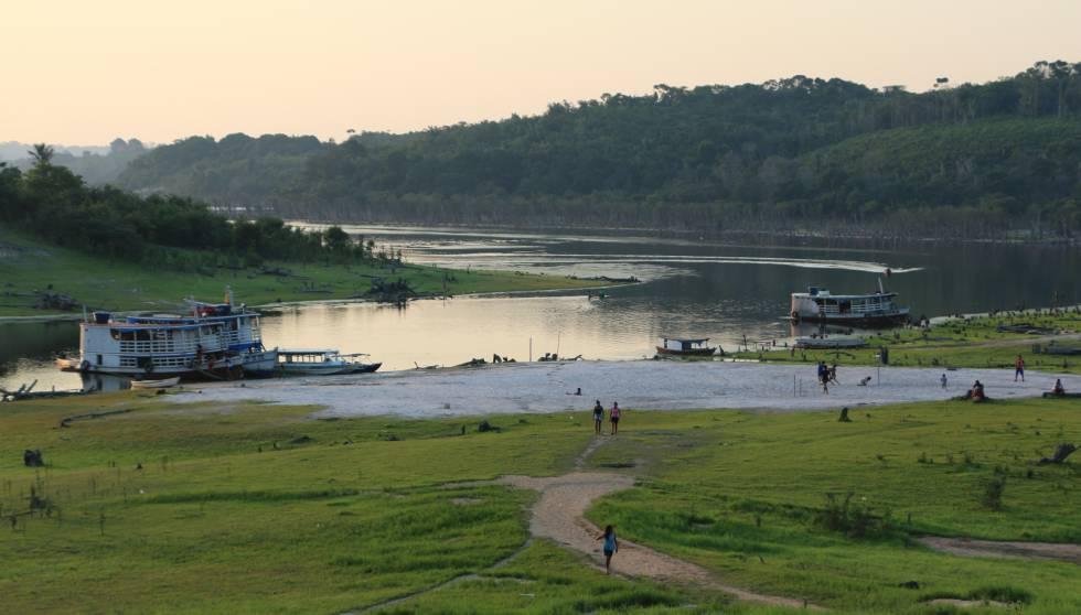 Vista de la aldea indígena Sateré-Mawé Vila Nova junto al río Andirá, estado de Amazonas, Brasil.