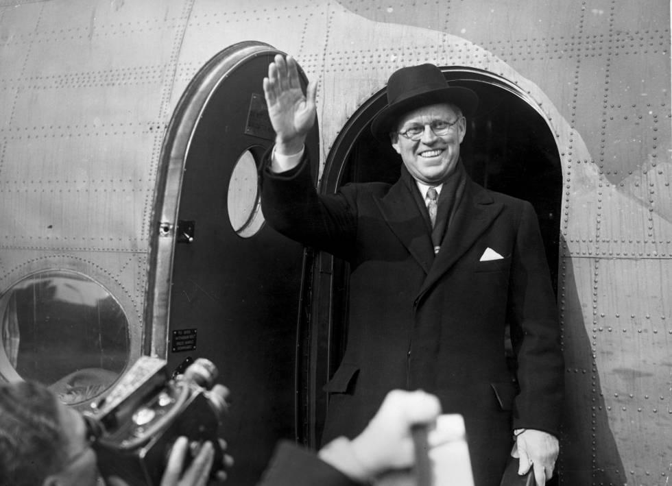 Joseph P. Kennedy, patriarca de la saga Kennedy, saludando a la prensa al regresar de un viaje a EE.UU. en 1940.