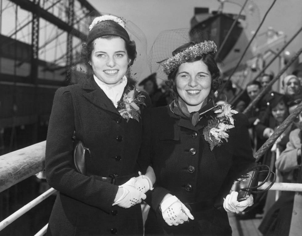 Eunice y Rosemary Kennedy a punto de embarcar para reunirse con sus padres en Inglaterra en 1938.